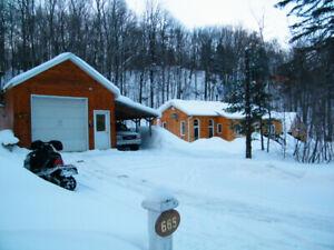 chalet ,maison st-calixte a vendre,2 garages,vue et acces lac