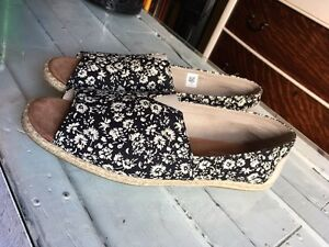 Size 9 TOMS shoes Cambridge Kitchener Area image 2