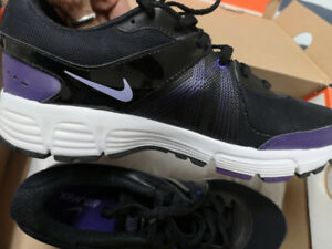 BRAND NEW Nike Air Max Women's Shoes Size 7 purple, black, w