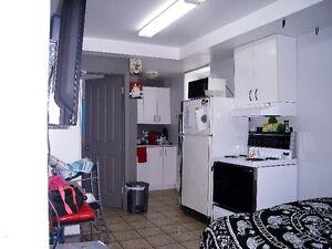 Grande chambre style 1 1/2 ave Painchaud voisine Cégep Garneau