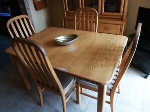 Set de cuisine en frêne avec bahut et 6 chaises