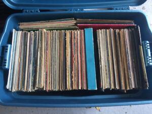 Lot de 488 vinyles de plusieurs styles de musiques variées 150$