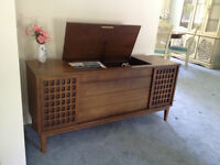 Electrohome Console Stereo w/turntable and AM/FM Radio