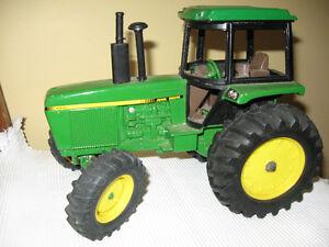 VINTAGE {1/16th DIE CAST}  John Deere Tractor #  5713