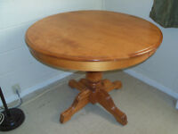 Round Pedestal Table with 2 leafs