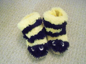 Hatley Bumblee Bee slippers size large (11-13)
