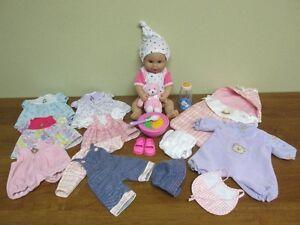 Joli bébé et ses 8 tenues+ nid d'ange + acc. + sac de rangement