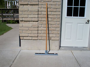 MALLORY FLOOR SQUEEGEE WOOD HANDLE Kawartha Lakes Peterborough Area image 1