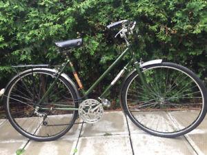 Vélo de ville vintage dame tout équipé fonctionne parfaitement!