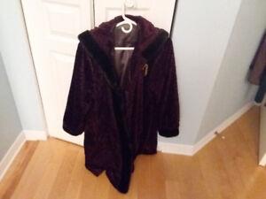 Manteau d'hiver avec capuchon imitation de perse