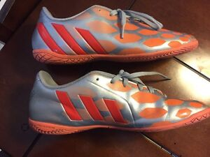 Girls Soccer Shoes Size 8.5 London Ontario image 3