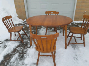 Pie crust kitchen table and chairs ( delivery available)