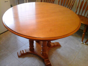 Gleaming Solid Maple 4 Spindle Round Table + 4 Chairs