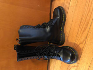 Women's size 6 Doc Martens 14 eye combat boots barely worn