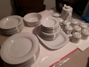 44pc Dinnerware set