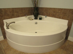Corner Bathtub in near New Condition