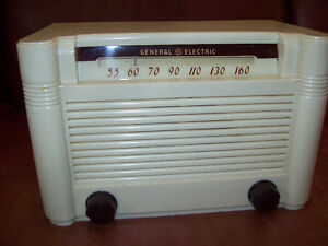 1950 BEAUTIFUL GENERAL ELECTRIC PLASTIC BATTERY RADIO