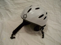 Casque isolé pour l'hivers.  Winter isolated protective helmet.