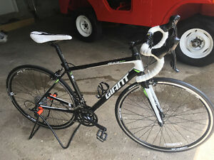 New Giant Defy 3 road bike with stand..aluxx frame...never used