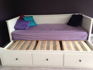 GOOD CONDITION WHITE SINGLE TRUNDLE BED WITH 3 STORAGE DRAWERS
