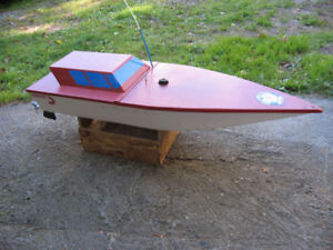 LARGE R/C MODEL SPEEDBOAT, WEEDWHACKER POWERED !!
