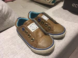 Différentes chaussures pour bébé garçon 5-10$ chacune