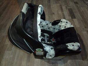 Siège d'auto coquille pour bébé avec base de marque Graco
