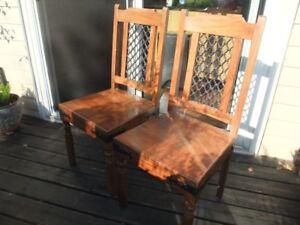 2 chaises en bois et métal de style médiéval
