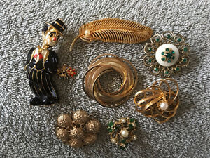 7 costume jewellery brooches - Selling together