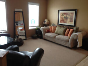 Sunny Upstairs Master Bedroom For Rent-Shared Accommodations