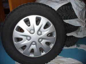 4 pneus 215/70/r16 hiver Nokian cloutés sur rims + 5 enjoliveurs
