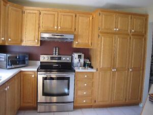 armoires de cuisine en chêne et Ilot mélamine et chêne