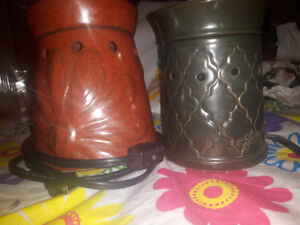 2 scentsy warmers and bars