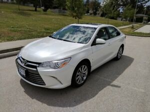 2017 Toyota Camry XLE Auto White ext, Light grey Leather