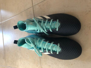 Soccer cleats/shoes size 5