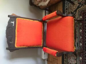 Antiques:  ensemble lit de jour et chaises