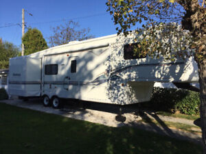 Roulotte Fifth wheel 37 pieds Montana 2000