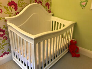 Cambridge 3 in 1 convertible crib with crib mattress and rails