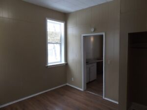 BATCHELOR APT AVAILABLE NOW