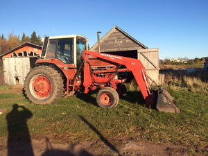 International 1086 tractor - Loader, duals, cabin