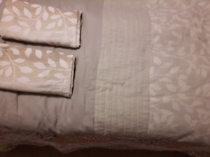 KING SIZE COMFORTER AND CURTAINS