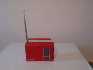 VINTAGE RED REALISTIC RADIO SHACK AM FM TRANSISTOR RADIO WITH HA