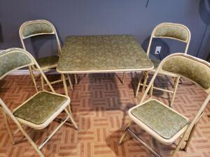 Table de jeux avec 4 chaises