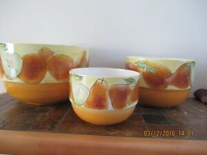 Set of serving bowls