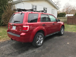2010 Ford Escape XLT AWD V6 3.0L inclus rack Thules/vélos (2)