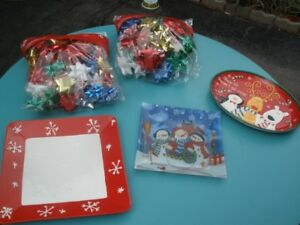 3 CHRISTMAS PLATTERS AND 2 LARGE BAG OF BOWS