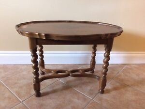 Solld wood antique accent table  (28'x20')