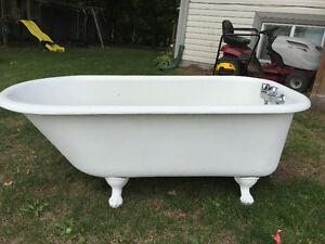 Antique.Claw bath tub-original feet ,clean, great shape. Peterborough Peterborough Area image 1