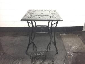 TABLE DE PATIO STYLE BISTRO **PRIX RÉDUIT**