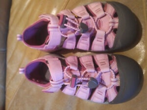 Girls Keen Sandals Barely Worn -  Kids Size 1 - Downtown